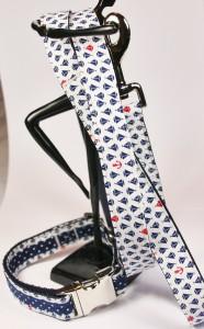 Weißes Set (Leine und Halsband) aus Gurtband und Baumwollstoff mit blauen und roten Schiffsmotiven, Halsband zusätzlich mit blau-weiß getupftem Band verziert