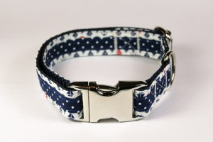 Blaues Halsband aus Gurtband und Baumwollstoff mit Schiffsmotiven