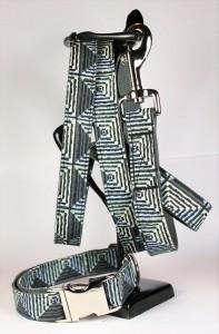 Grau-grünes Set (Leine und Halsband) aus Gurtband und Baumwollstoff mit Zackenmuster
