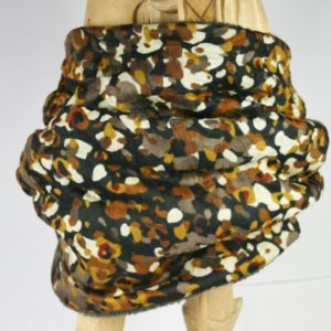 Dunkler Loop-Schal mit braun-beigem Fantasiemuster