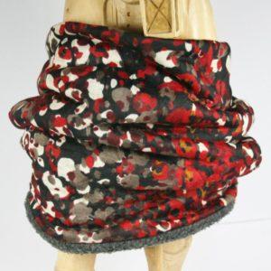 Dunkler Loop-Schal mit rot-buntem Fantasiemuster