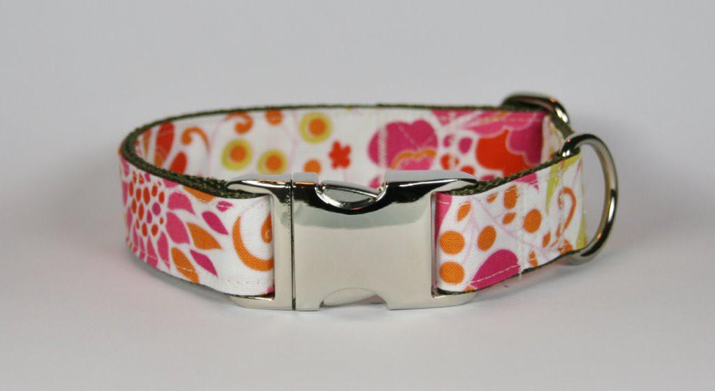 Weißes Halsband aus Gurtband und Baumwollstoff mit pink-orangefarbenem Blumen-Print