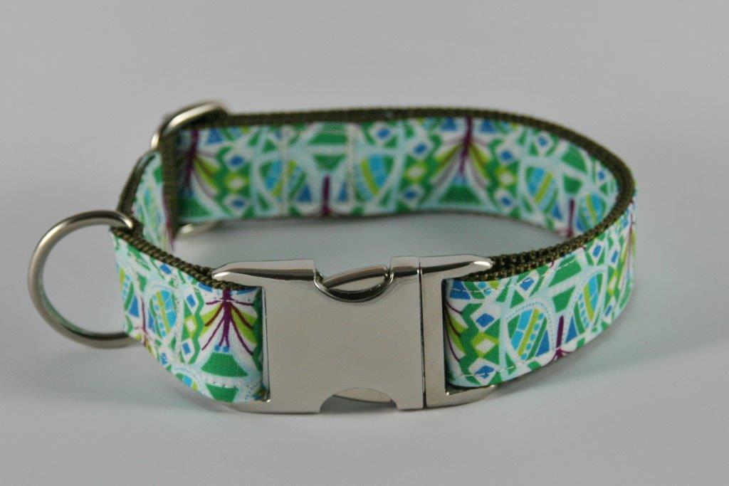 Grün-gemustertes Halsband aus Gurtband und Baumwollstoff mit plakativem Druck