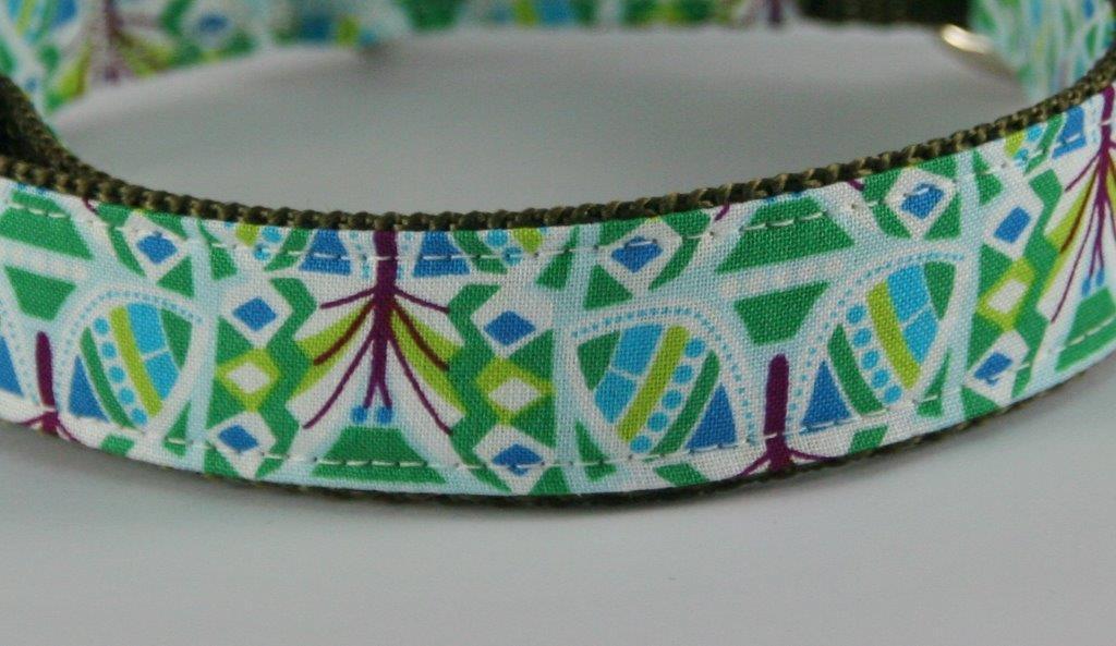 Grün-gemustertes Halsband aus Gurtband und Baumwollstoff mit plakativem Druck - Detailansicht