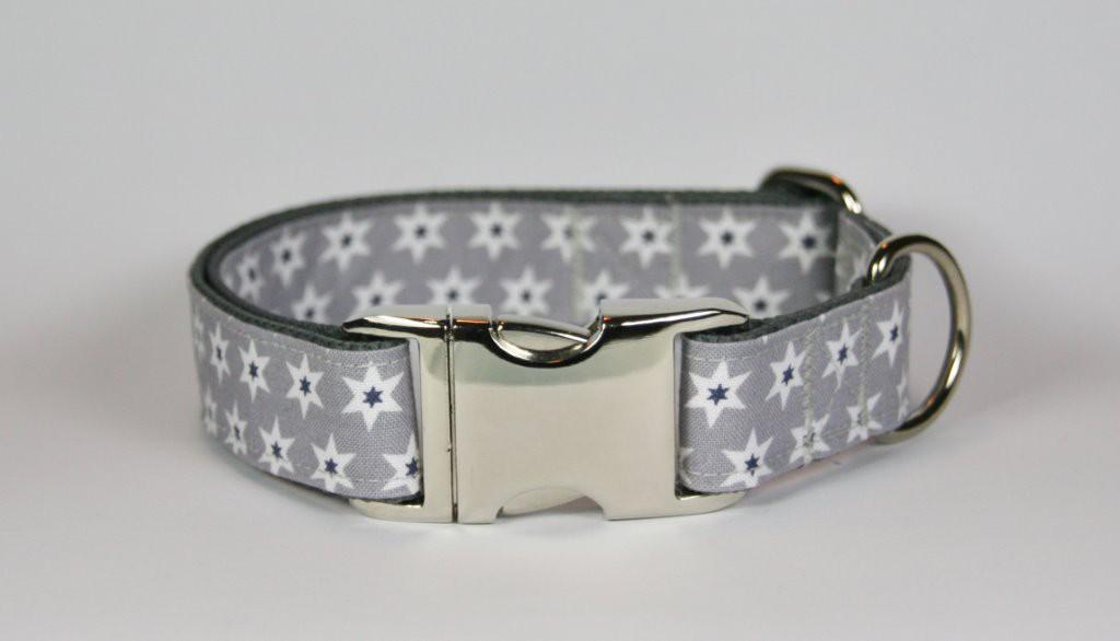 Graues Halsband aus Gurtband und Baumwollstoff mit Sternen