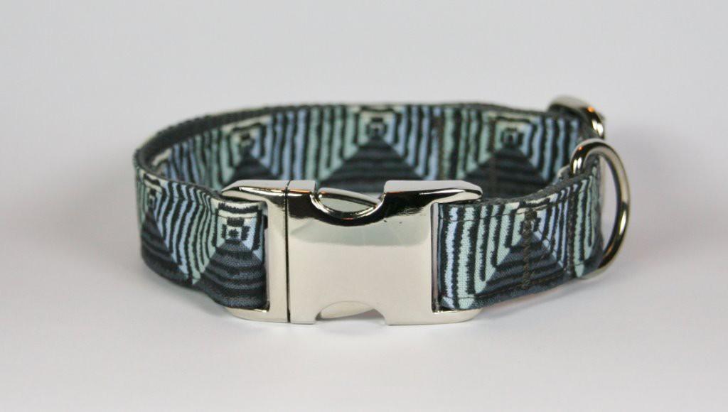 Grau-grünes Halsband aus Gurtband und Baumwollstoff mit Zackenmuster