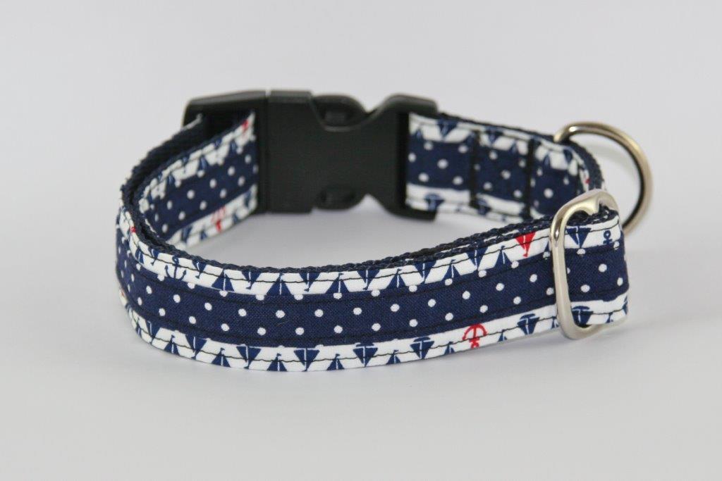 Blaues Halsband aus Gurtband und Baumwollstoff mit Schiffmotiven