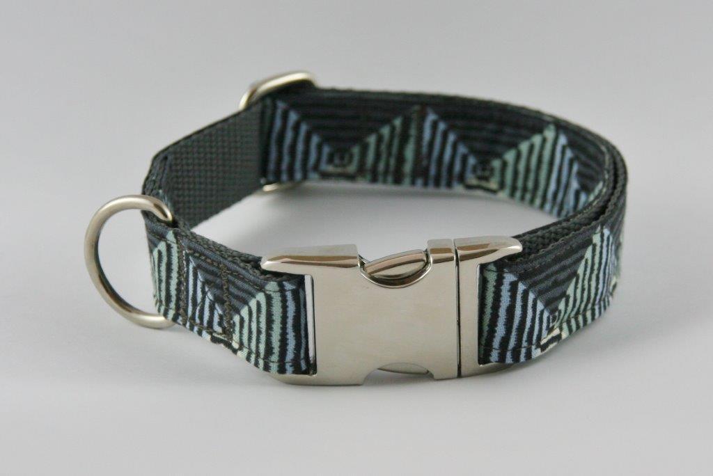Grau-grünes Halsband aus Gurtband und Baumwollstoff mit plakativem Zackenmuster