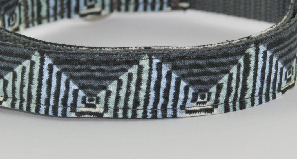 Grau-grünes Halsband aus Gurtband und Baumwollstoff mit plakativem Zackenmuster - Detailansicht