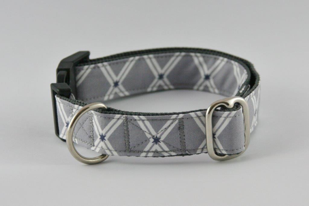Graues Halsband aus Gurtband und Baumwollstoff mit Sternenmotiv auf weißem X-Symbol
