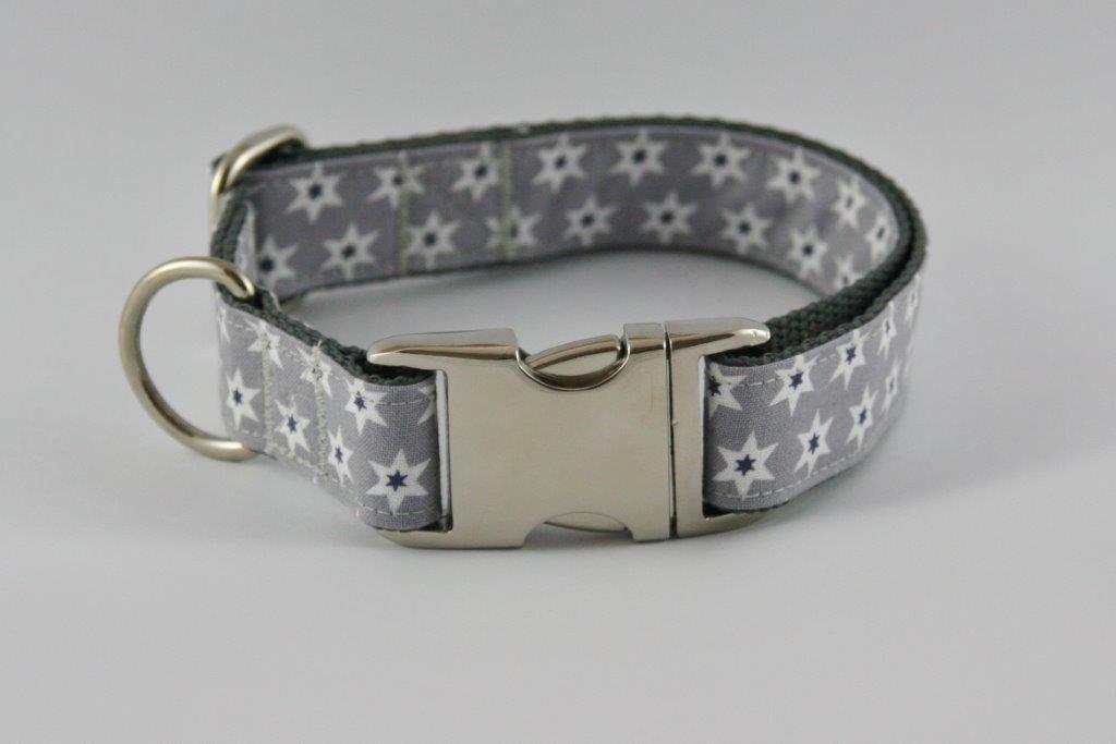 Graues Halsband aus Gurtband und Baumwollstoff mit schwarz-weißen Sternen