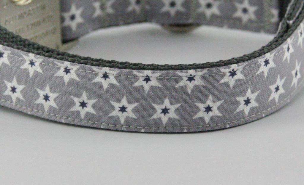 Graues Halsband aus Gurtband und Baumwollstoff mit schwarz-weißen Sternen - Detailansicht