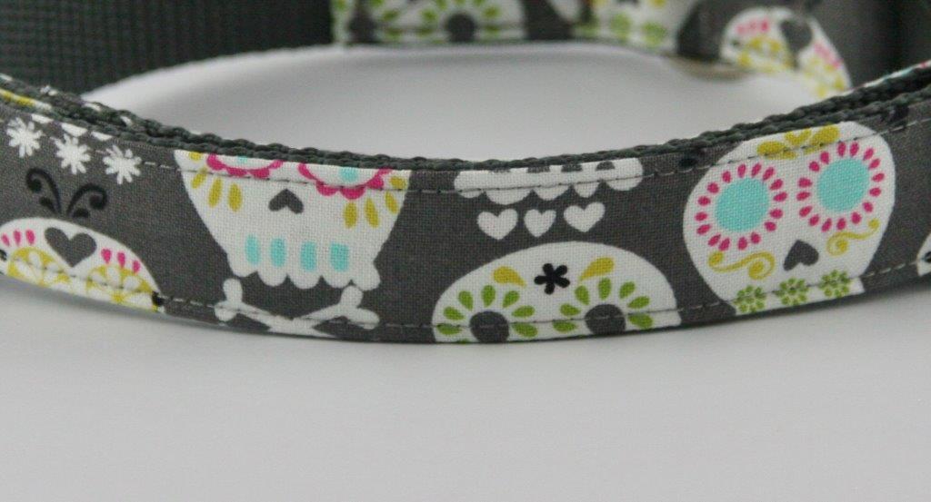 Dunkelgraues Halsband aus Gurtband und Baumwollstoff mit buntem Totenkopf-Print - Detailansicht