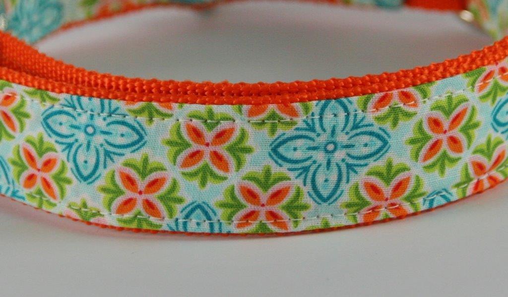 Türkis-grün-orange gemustertes Halsband aus Gurtband und Baumwollstoff mit Blumenprint - Detailansicht