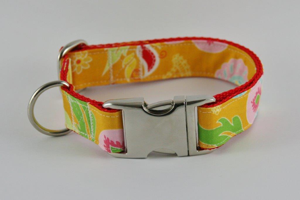 Orangefarbenes Halsband aus Gurtband und Baumwollstoff mit buntem plakativem Blumen-Blätter-Print
