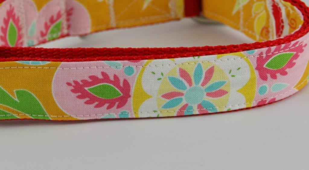 Orangefarbenes Halsband aus Gurtband und Baumwollstoff mit buntem plakativem Blumen-Blätter-Print - Detailansicht