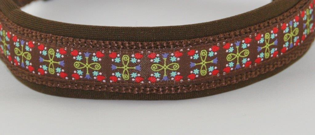 Braunes Halsband mit Blumenmuster auf braunem Untergrund - Detailansicht