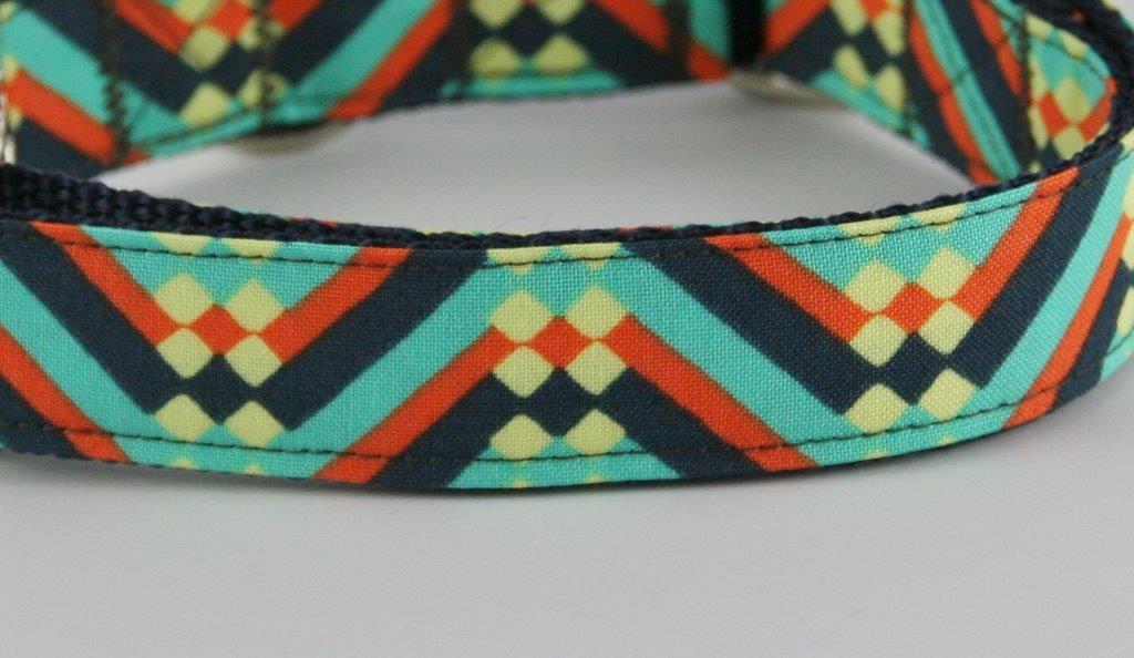 Türkis-schwarz-rotes Halsband aus Gurtband und Baumwollstoff mit abstraktem Zackenmuster - Detailansicht