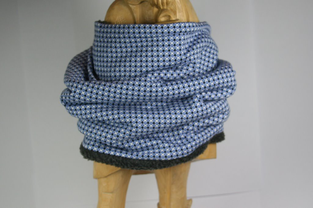 Loop-Schal mit blau-weißem Krawattenmuster