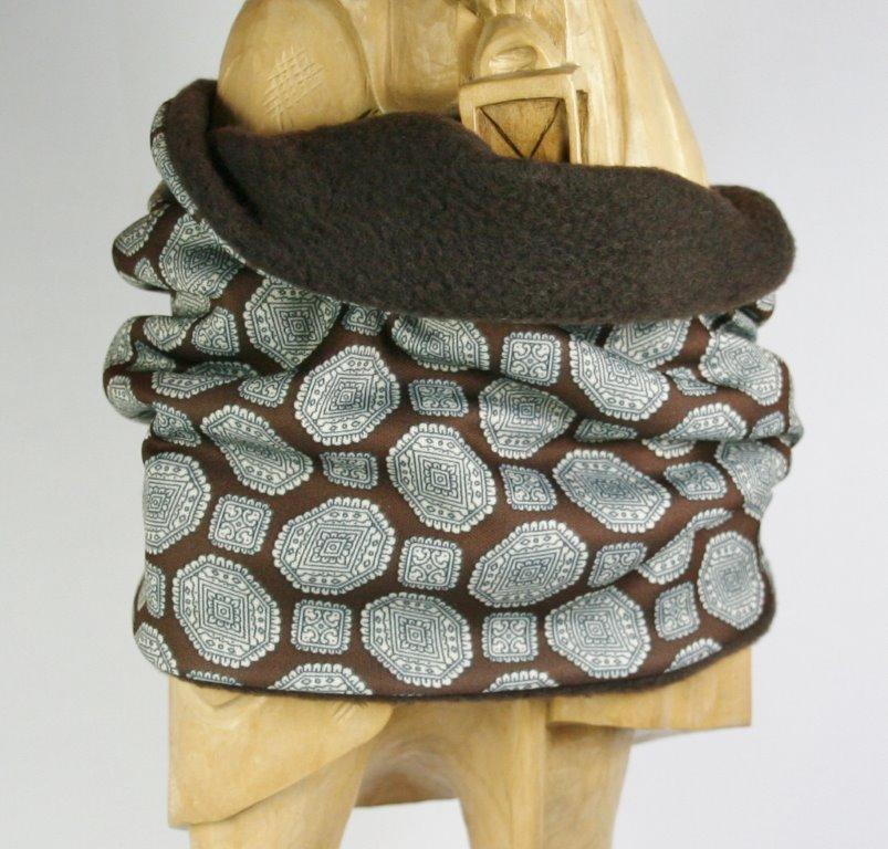 Brauner Loop-Schal mit schwarz-weißem Grafikprint, Blick auf Innenseite