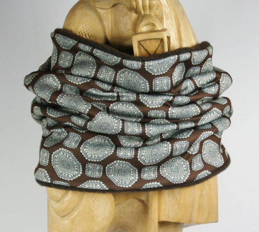 Brauner Loop-Schal mit schwarz-weißem Grafikprint