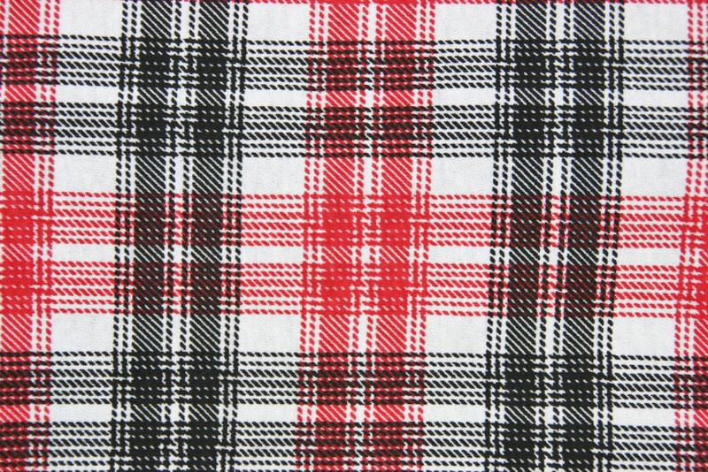 Heller Loop-Schal mit rot-schwarzem Karomuster, Detail Stoff