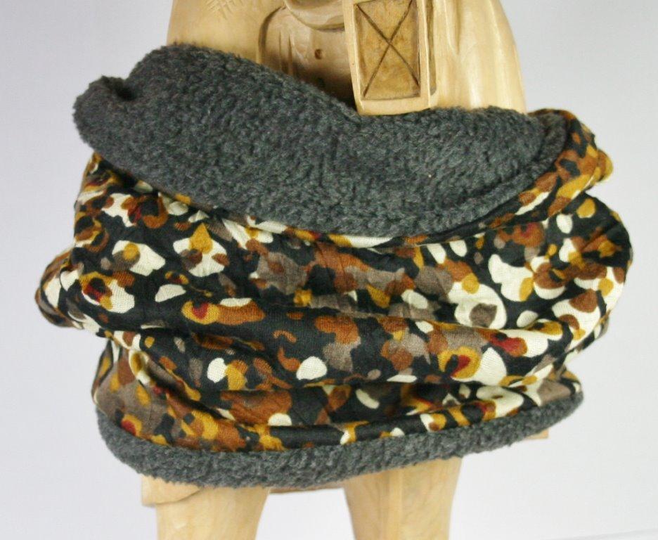 Dunkler Loop-Schal mit braun-beigem Fantasiemuster, Blick auf Innenseite
