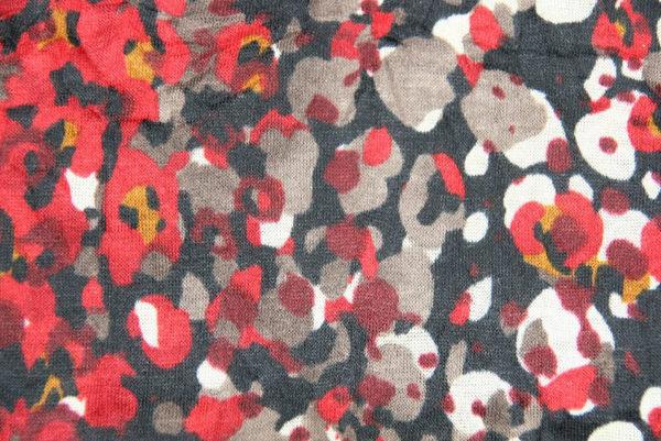 Dunkler Loop-Schal mit rot-buntem Fantasiemuster, Detail Stoff