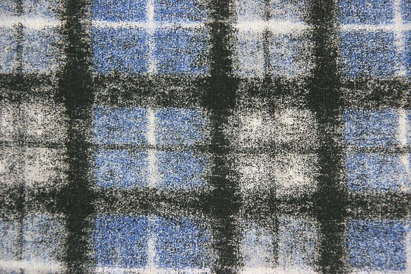 Halstuch mit blau-weiß-schwarzem verschwommenem Karomuster, Detail Stoff