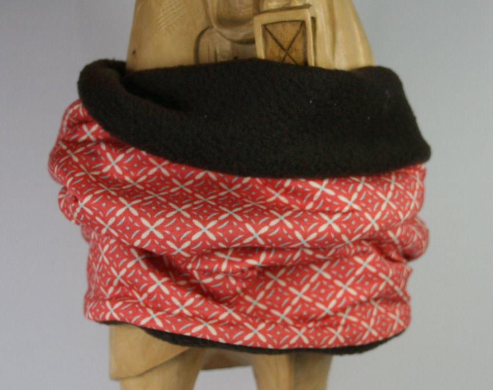Rot-weiß gemusterter Loop-Schal mit Blick auf Innenseite
