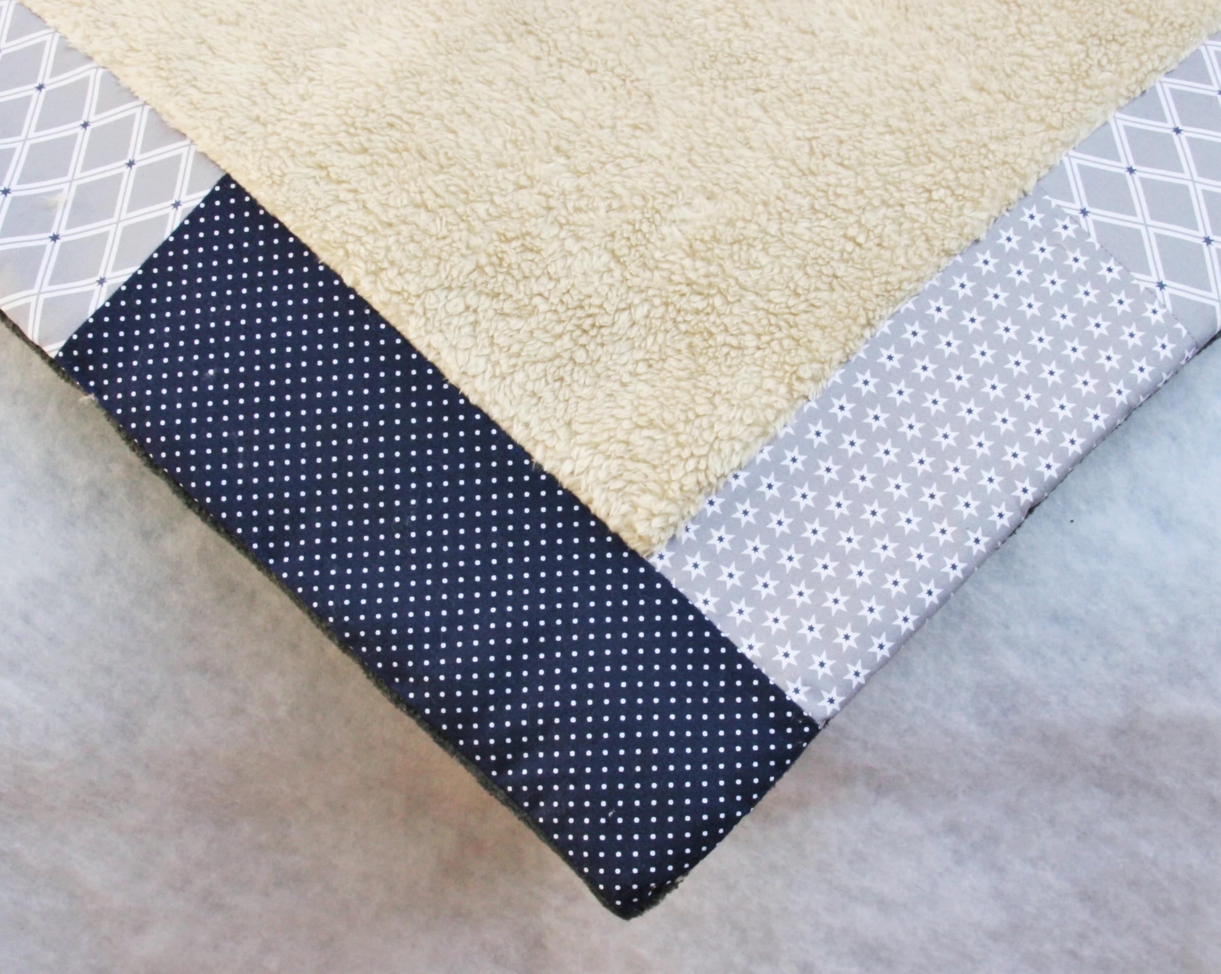 kuschelige Hundedecke blau grau im Patchworkstil