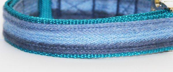 Hundehalsband blau türkis Azur, handgefertigt, verstellbar, Stoff Nahaufnahme