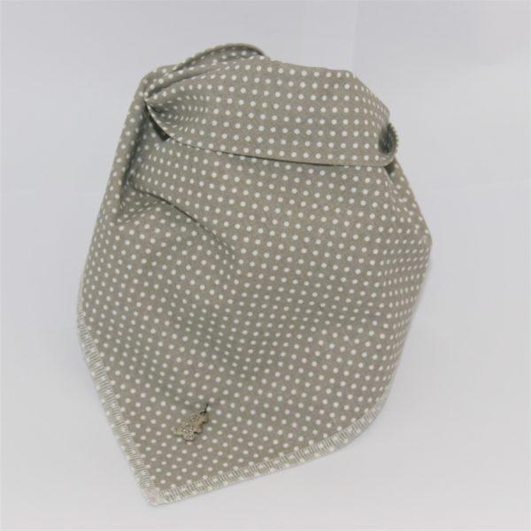 Das Hundehalstuch beige mit weißen Punkten ist mit verschiedenen Schmuckanhängern bestellbar!