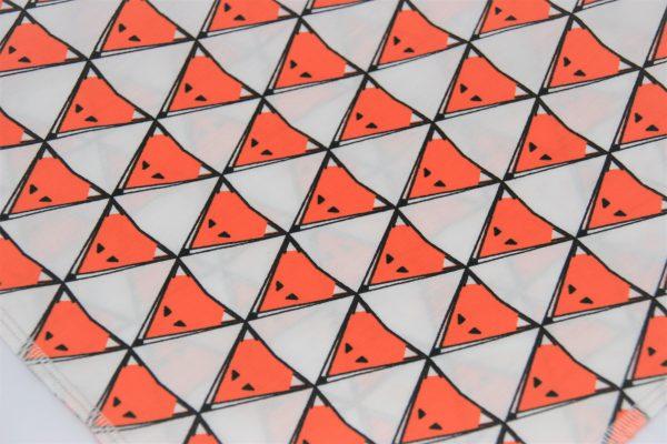 Das Hundehalstuch Foxy orange, weiß ist aus einem hochwertigen Baumwollstoff genäht