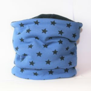 Dieser Loop-Schal mit blauen Sternen wärmt Ihren Hund in der kalten Jahreszeit