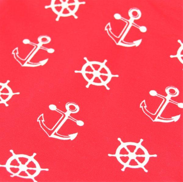 Der Loop-Schal besteht außen aus einem dehnbaren Jerseystoff